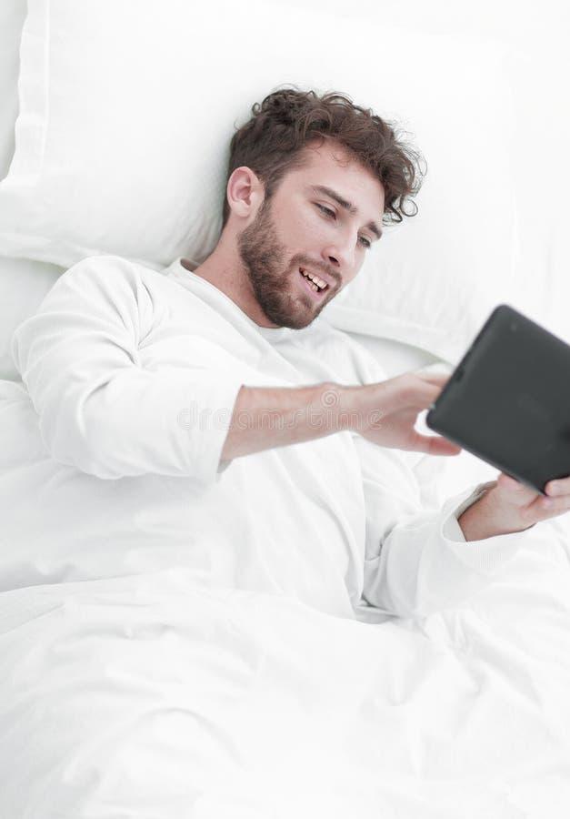 ενεργειακή εικόνα έννοιας ανασκόπησης Άτομο που εργάζεται με την ψηφιακή ταμπλέτα στοκ εικόνες με δικαίωμα ελεύθερης χρήσης