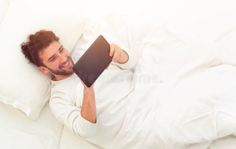 ενεργειακή εικόνα έννοιας ανασκόπησης ανάγνωση ατόμων στην ψηφιακή ταμπλέτα στοκ φωτογραφίες