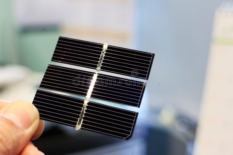 Ενεργειακή περίληψη εκμετάλλευσης χεριών ηλιακών κυττάρων στοκ εικόνες