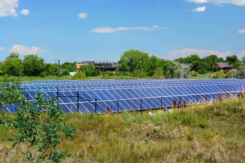 Ενεργειακό αγρόκτημα ηλιακού πλαισίου μια ηλιόλουστη ημέρα στοκ εικόνες