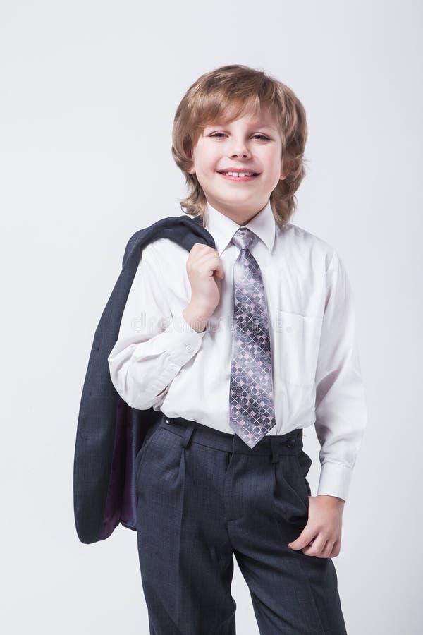 Ενεργητικός νέος επιτυχής επιχειρηματίας με ένα σακάκι πέρα από το SH του στοκ εικόνα με δικαίωμα ελεύθερης χρήσης