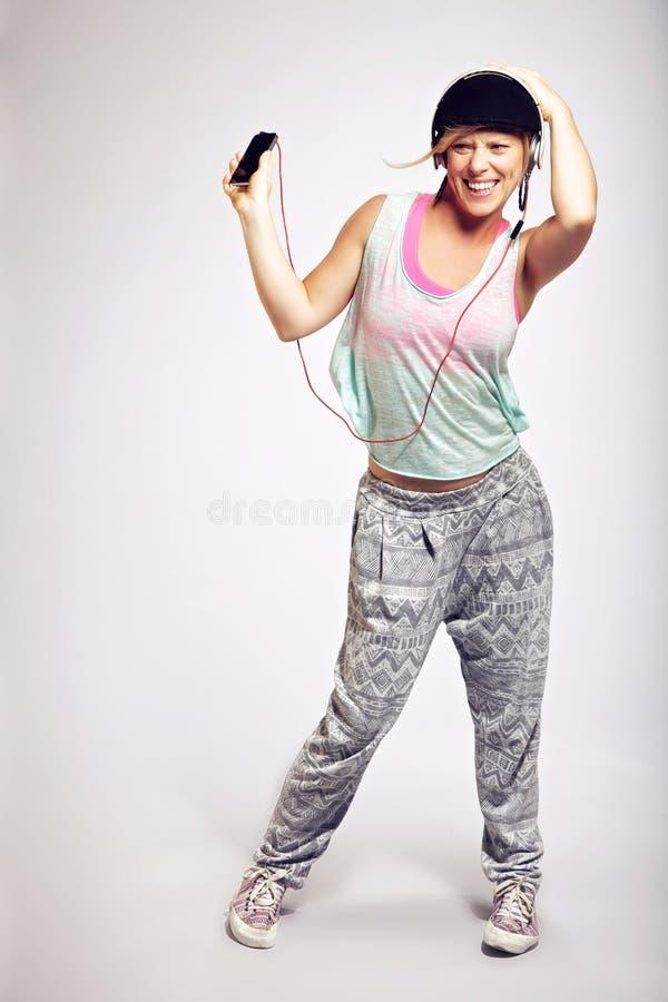 Ενεργητικός χορευτής στο στούντιο που ακούει MP3 στοκ φωτογραφίες με δικαίωμα ελεύθερης χρήσης