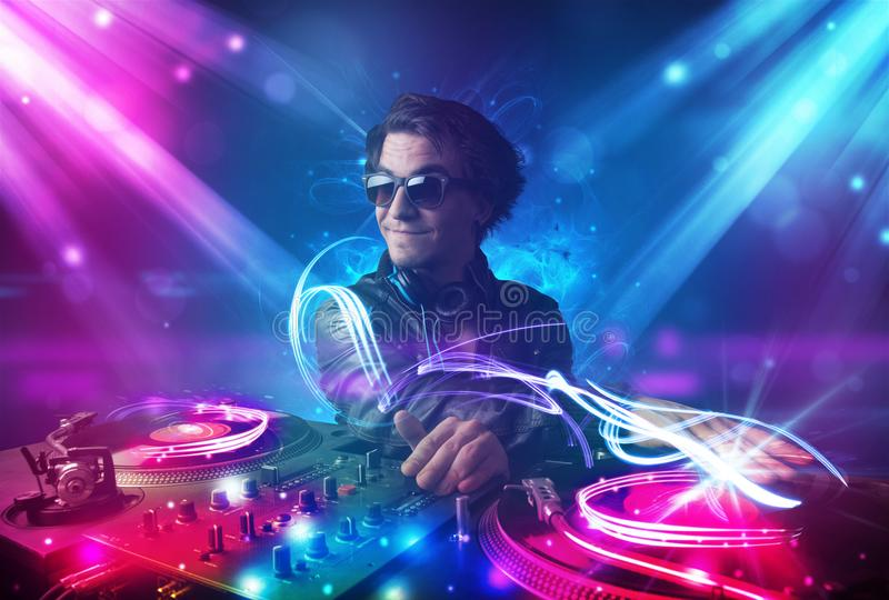 Ενεργητικό DJ που αναμιγνύει τη μουσική με τα ισχυρά ελαφριά αποτελέσματα διανυσματική απεικόνιση