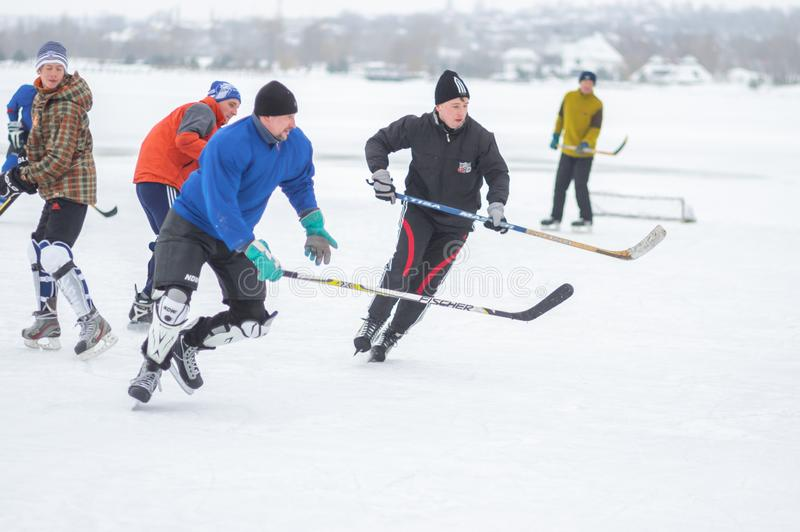 Ενεργοί άνθρωποι ομάδας που παίζουν το hokey σε έναν παγωμένο ποταμό Dnipro στην Ουκρανία στοκ φωτογραφία με δικαίωμα ελεύθερης χρήσης