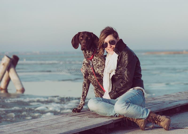 Ενεργός γυναίκα τρόπου ζωής με την τοποθέτηση σκυλιών υπαίθρια στοκ εικόνες
