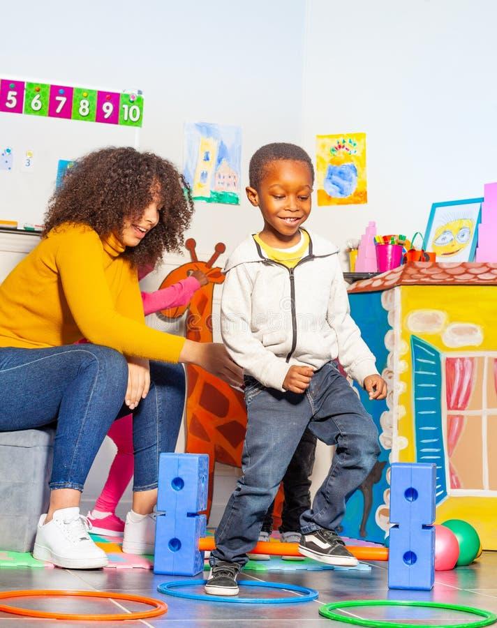 Ενεργός δραστηριότητα ανάπτυξης διασκέδασης με το μικρό παιδί στοκ εικόνες με δικαίωμα ελεύθερης χρήσης