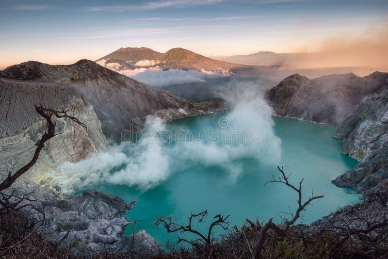 Ενεργός κρατήρας ηφαιστείων με τον τυρκουάζ καπνό λιμνών και θείου το πρωί στοκ φωτογραφία