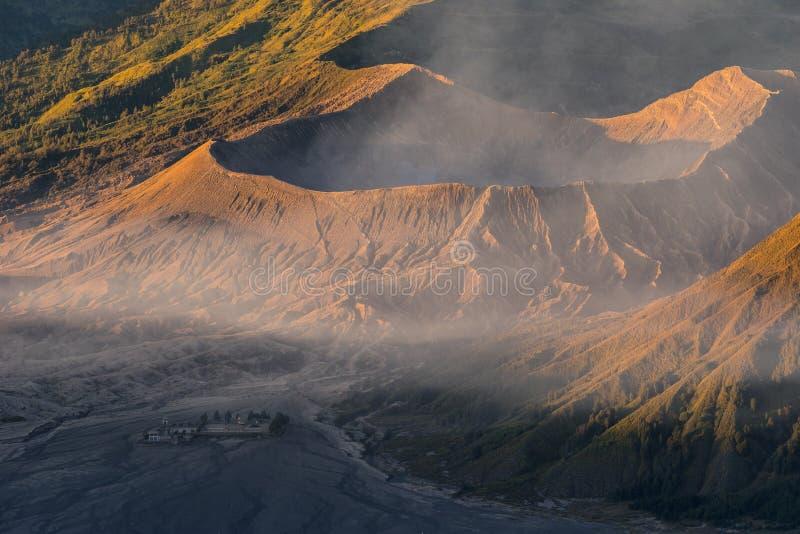 Ενεργός κρατήρας ηφαιστείων Bromo στην ανατολή, ανατολική Ιάβα, Ινδονησία στοκ φωτογραφία