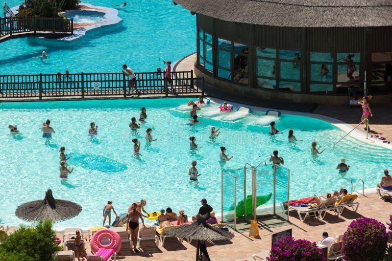 Ενεργός ομάδα ανθρώπων ένα workout στην πισίνα σε Fuertevetura στοκ εικόνα με δικαίωμα ελεύθερης χρήσης