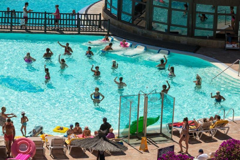 Ενεργός ομάδα ανθρώπων ένα workout στην πισίνα σε Fuertevetura στοκ εικόνες