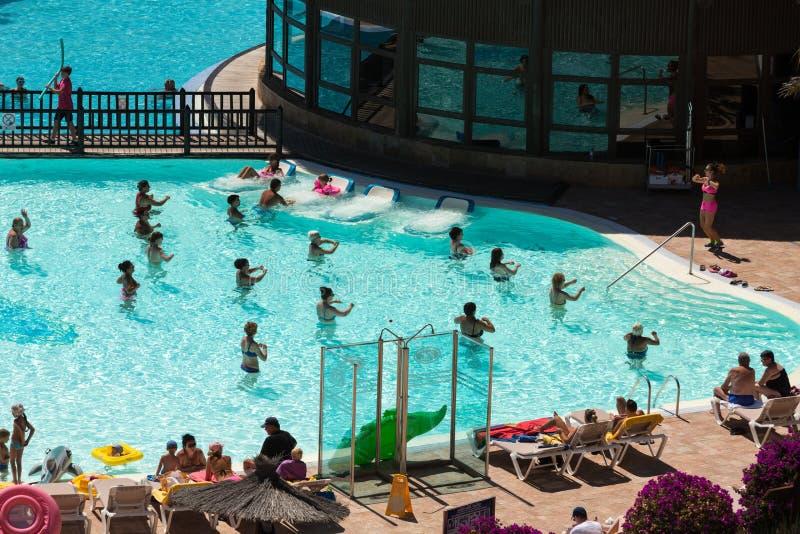 Ενεργός ομάδα ανθρώπων ένα workout στην πισίνα σε Fuertevetura στοκ φωτογραφία με δικαίωμα ελεύθερης χρήσης