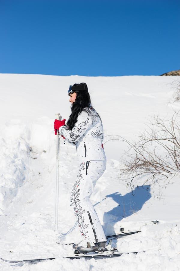 Ενεργός σκιέρ γυναικών που κάνει σκι στο θέρετρο βουνών στοκ εικόνα