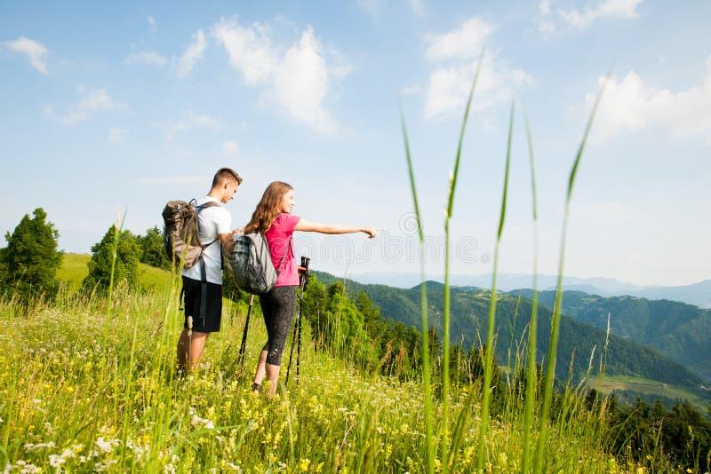 Ενεργός όμορφη νέα φύση ina πεζοπορίας ζευγών που αναρριχείται στο λόφο ή στοκ εικόνες