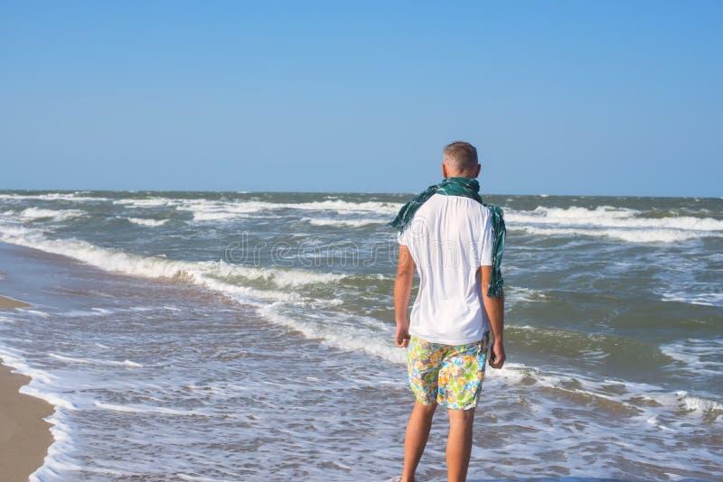 Ενεργό άτομο που φορά ένα μαντίλι στην παραλία στοκ φωτογραφία με δικαίωμα ελεύθερης χρήσης