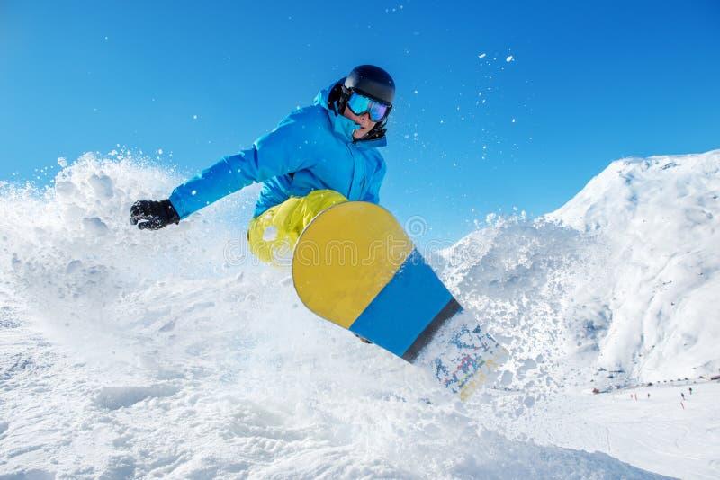 Ενεργό άλμα snowboarder στοκ εικόνες