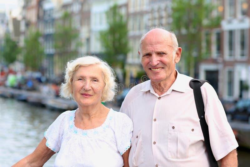 Ενεργό ανώτερο ζεύγος που απολαμβάνει το ταξίδι στο Άμστερνταμ στοκ εικόνα