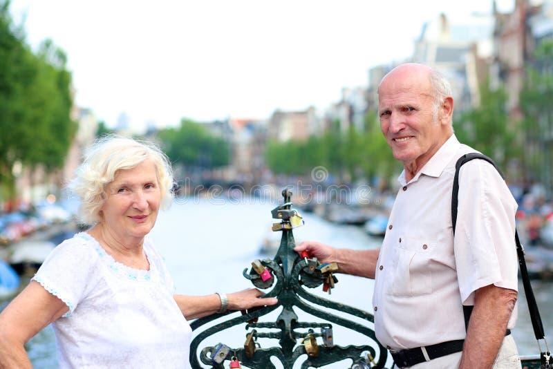 Ενεργό ανώτερο ζεύγος που απολαμβάνει το ταξίδι στο Άμστερνταμ στοκ φωτογραφίες με δικαίωμα ελεύθερης χρήσης
