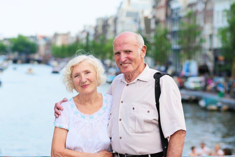 Ενεργό ανώτερο ζεύγος που απολαμβάνει το ταξίδι στο Άμστερνταμ στοκ φωτογραφία με δικαίωμα ελεύθερης χρήσης