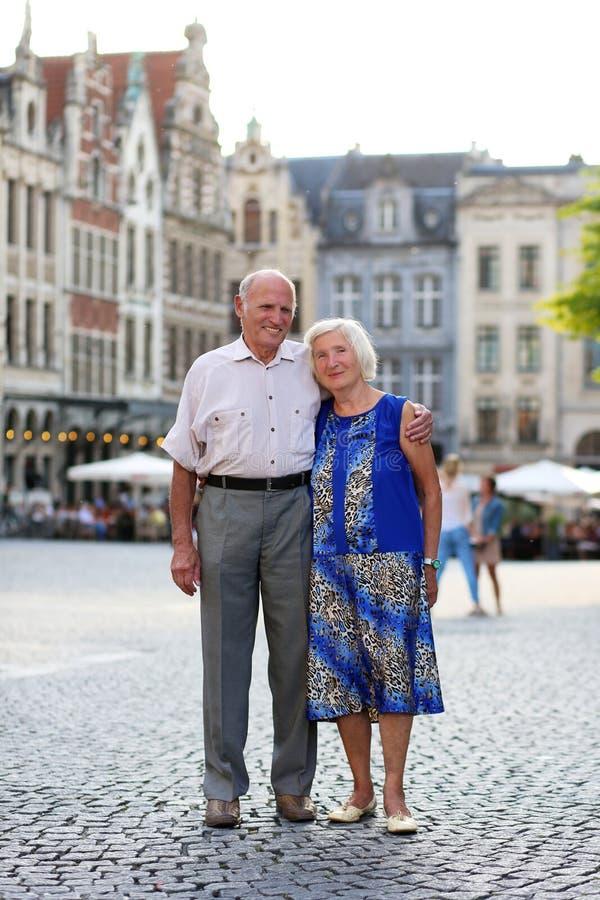Ενεργό ανώτερο ζεύγος που ταξιδεύει στην Ευρώπη στοκ εικόνες