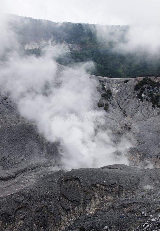 Ενεργό καπνίζοντας ηφαίστειο ηφαιστείων στοκ φωτογραφία