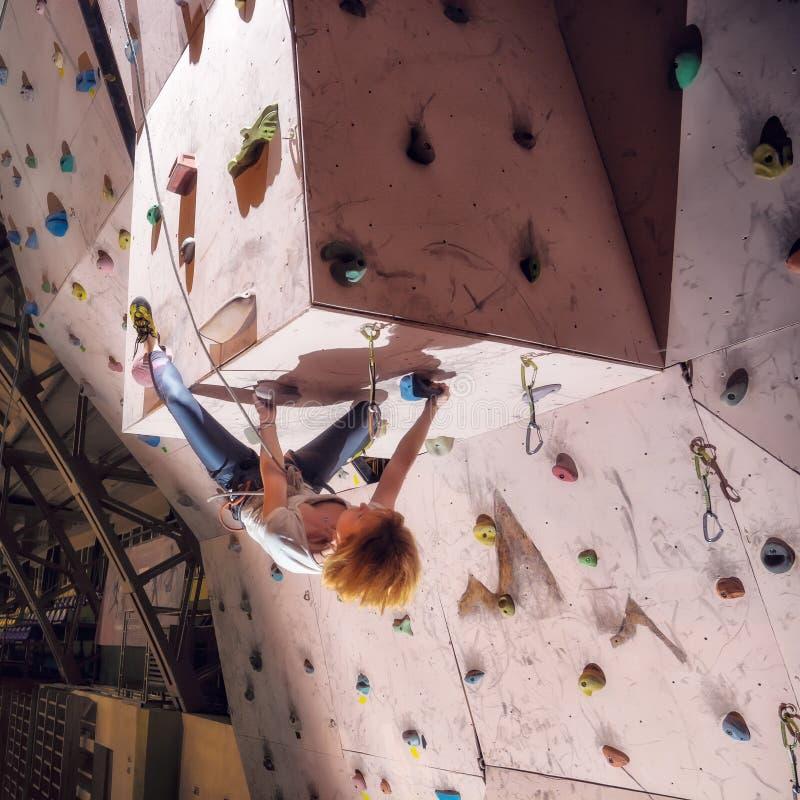 Ενεργό κορίτσι ορειβατών που αναρριχείται επάνω στον τοίχο στοκ φωτογραφία με δικαίωμα ελεύθερης χρήσης