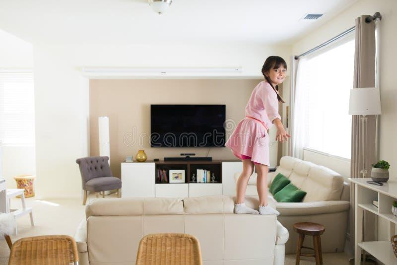 Ενεργό κορίτσι στο σπίτι στοκ φωτογραφίες με δικαίωμα ελεύθερης χρήσης