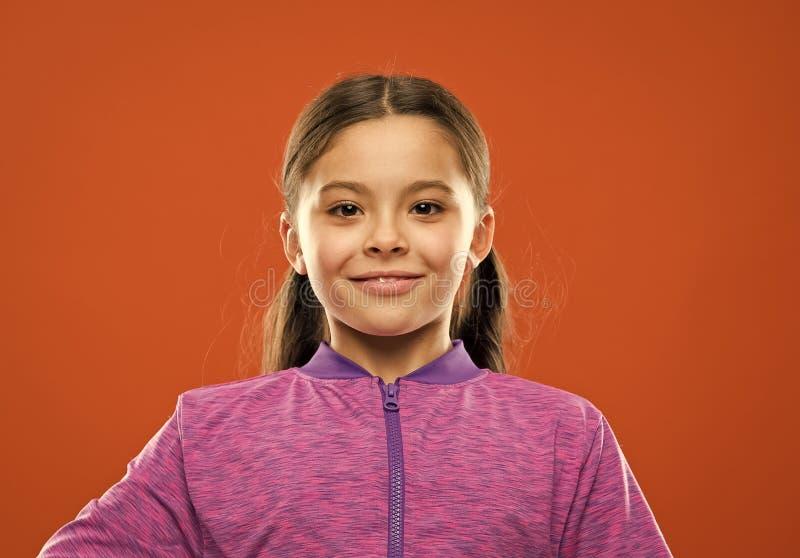 Ενεργό παιδί κοριτσιών με τη μακριά πανέμορφη τρίχα Ισχυρή και υγιής έννοια τρίχας Πώς να μεταχειριστεί τη σγουρή τρίχα Εύκολη πα στοκ φωτογραφία με δικαίωμα ελεύθερης χρήσης
