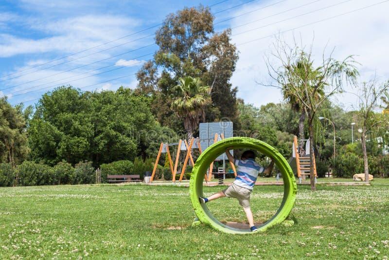 Ενεργό παιχνίδι παιδιών στο πάρκο στοκ φωτογραφία με δικαίωμα ελεύθερης χρήσης
