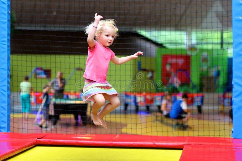 Ενεργό παιδί που πηδά στο τραμπολίνο στοκ φωτογραφία