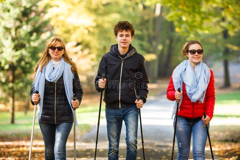 Ενεργό σκανδιναβικό περπάτημα ανθρώπων στοκ φωτογραφίες