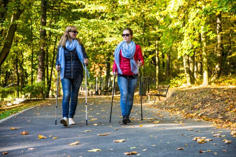 Ενεργό σκανδιναβικό περπάτημα γυναικών στοκ εικόνες