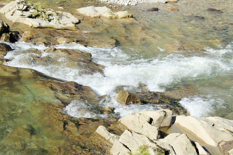 Ενεργό τοπίο υπολοίπου Θυελλώδης ποταμός βουνών Ορμητικά σημεία ποταμού ποταμών, που κυλούν την ηλιόλουστη θερινή ημέρα στοκ εικόνα