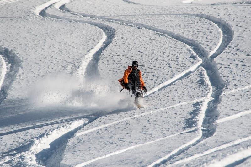 Ενεργό snowboarder που οδηγά στη βουνοπλαγιά στοκ εικόνες