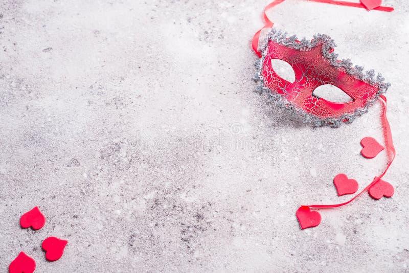 Ενετικές καρδιές μασκών και βαλεντίνων στο υπόβαθρο πετρών Έννοια ραντεβού στα τυφλά, διάστημα αντιγράφων στοκ φωτογραφία με δικαίωμα ελεύθερης χρήσης