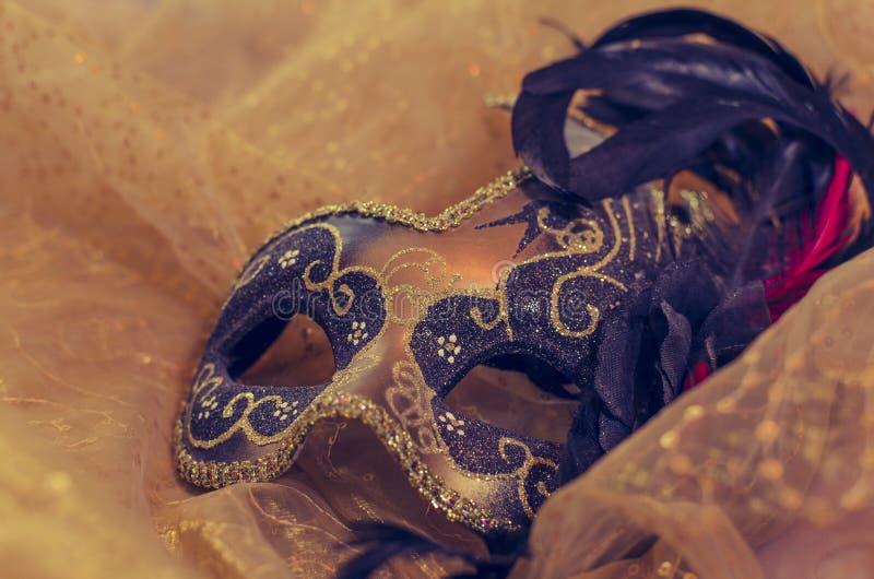 Ενετική μάσκα καρναβαλιού σε ένα μεταξωτό υπόβαθρο στοκ φωτογραφία με δικαίωμα ελεύθερης χρήσης