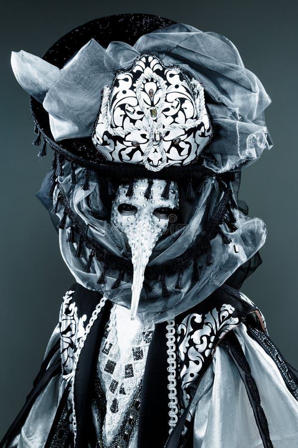 Ενετικό καλυμμένο καρναβάλι άτομο στοκ εικόνα με δικαίωμα ελεύθερης χρήσης
