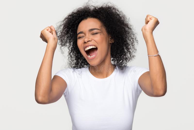 Ενθουσιασμένη νέα γυναίκα αφροαμερικάνων που κραυγάζει με τη νίκη εορτασμού χαράς στοκ φωτογραφίες