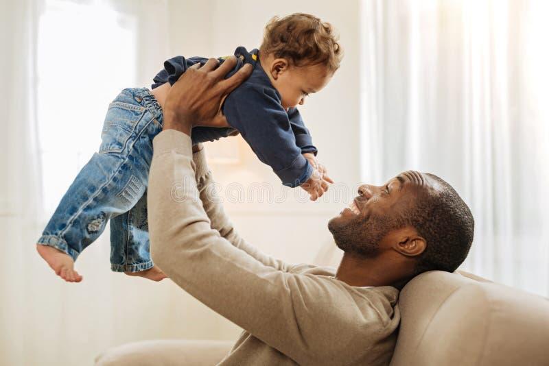 Ενθουσιώδης χρόνος εξόδων μπαμπάδων με το γιο του στοκ εικόνες