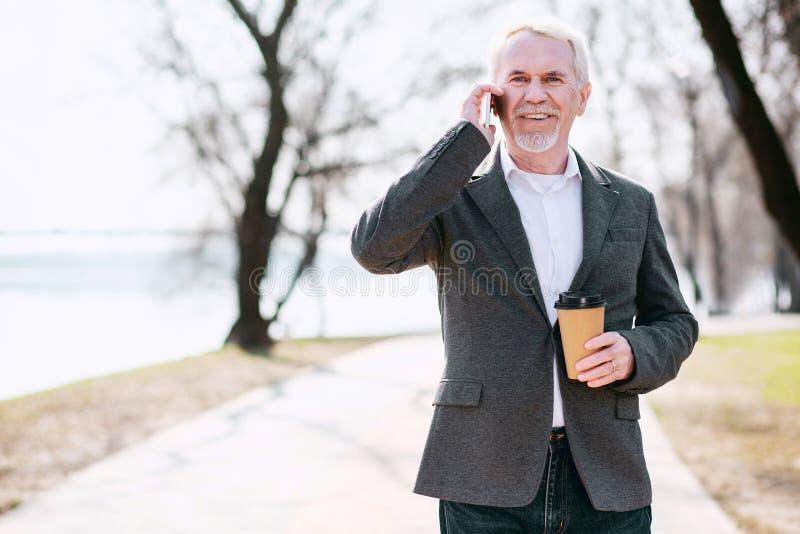 Ενθουσιώδης ώριμος επιχειρηματίας που παίρνει τις καλές ειδήσεις στοκ φωτογραφίες