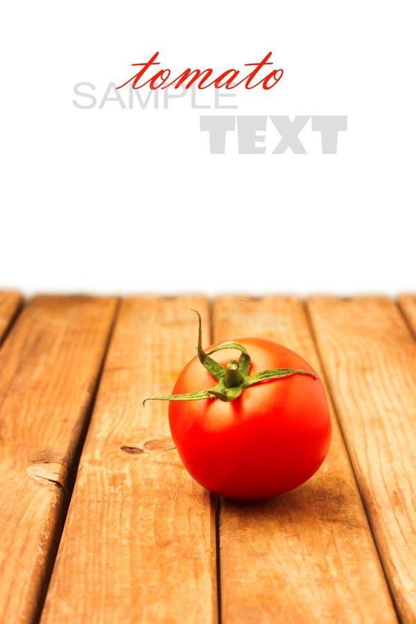 Ενιαία ντομάτα στον ξύλινο πίνακα στοκ φωτογραφίες με δικαίωμα ελεύθερης χρήσης