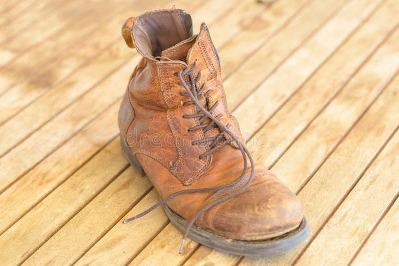 Ενιαία παλαιά καλά φορεμένη μπότα πεζοπορίας δέρματος στοκ φωτογραφία με δικαίωμα ελεύθερης χρήσης