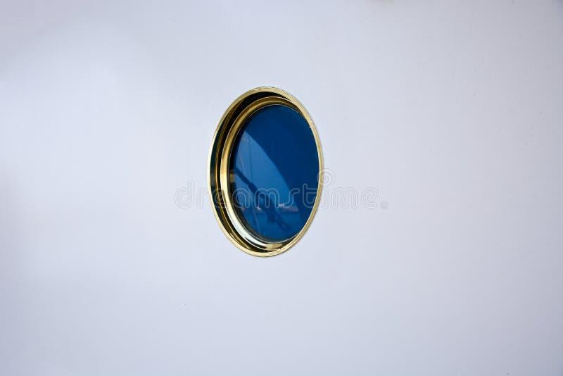 Ενιαία παραφωτίδα σε έναν άσπρο τοίχο σε ένα σκάφος στοκ εικόνες