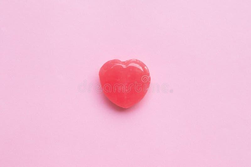 Ενιαία ρόδινη καραμέλα μορφής καρδιών ημέρας βαλεντίνων ` s στο κενό υπόβαθρο εγγράφου κρητιδογραφιών ρόδινο άνδρας αγάπης φιλιών στοκ εικόνες