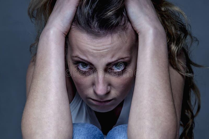 Ενιαίες και μόνες πιεσμένες γυναίκα χειρονομίες, γλώσσα του σώματος, psyc στοκ εικόνα