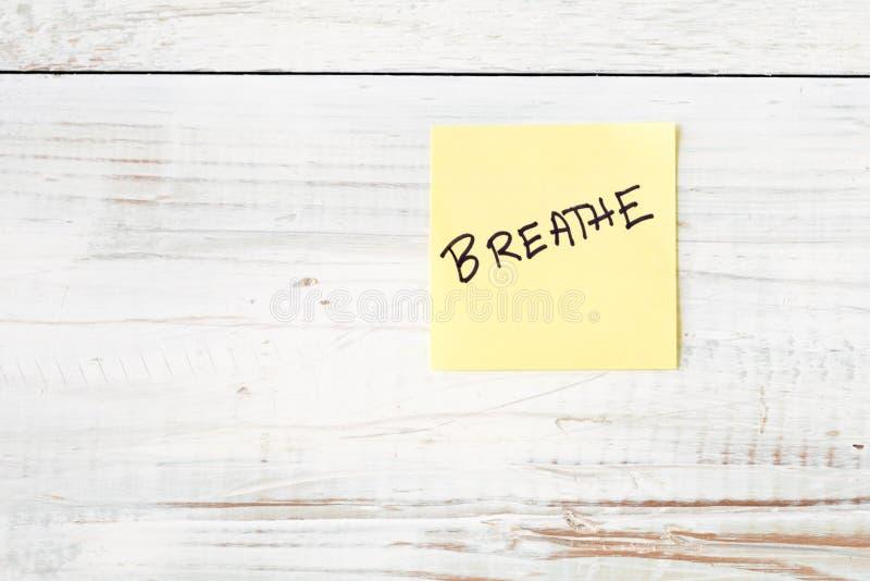 Ενιαίος κίτρινος μετα αυτό σημείωση με το μήνυμα αναπνέει στοκ φωτογραφία
