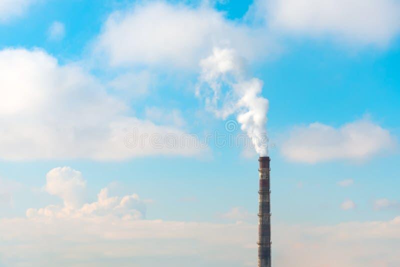 Ενιαίος σωλήνας με τις εκπομπές καπνού κατά τη διάρκεια του ηλιόλουστου καιρού με τα σύννεφα στοκ φωτογραφία με δικαίωμα ελεύθερης χρήσης