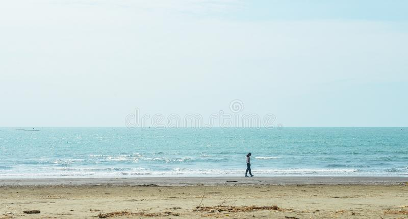 Ενιαίο ασιατικό κορίτσι που περπατά κατά μήκος της παραλίας στοκ φωτογραφία