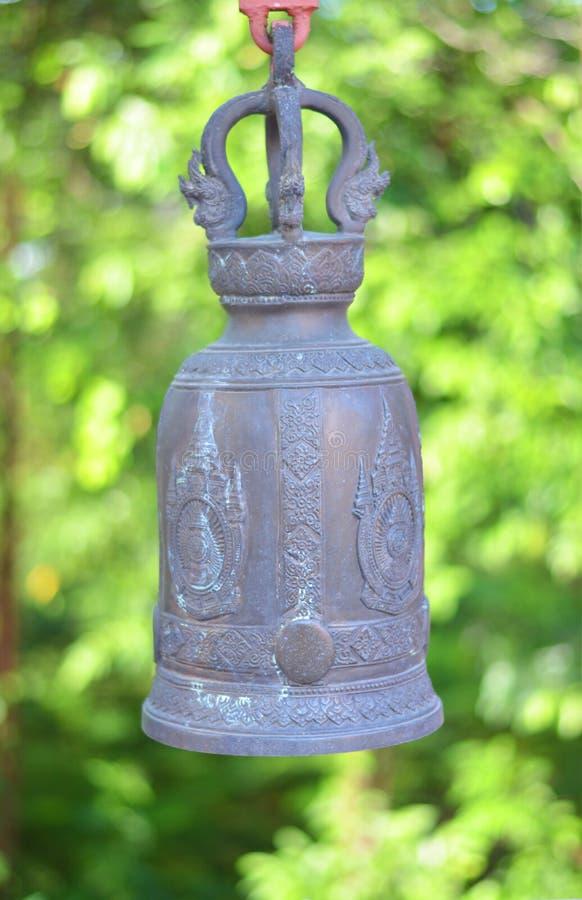 Ενιαίο κουδούνι ναών με πράσινο φυσικό στοκ φωτογραφίες με δικαίωμα ελεύθερης χρήσης