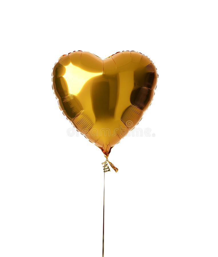 Ενιαίο μεγάλο χρυσό μεταλλικό μπαλόνι καρδιών για τη γιορτή γενεθλίων που απομονώνεται στοκ εικόνες