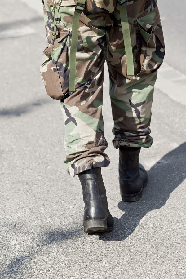 ενιαίο περπάτημα στρατιωτώ στοκ φωτογραφίες